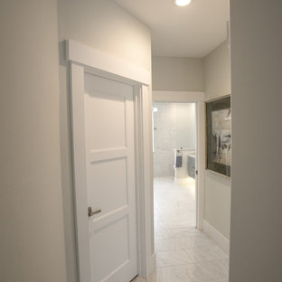 Источник вдохновения для домашнего уюта: маленький коридор в современном стиле с бежевыми стенами, полом из керамогранита и белым полом