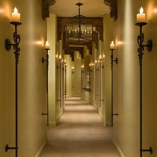 Inspiration för mycket stora eklektiska hallar, med beige väggar, beiget golv och klinkergolv i keramik