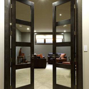 Inspiration för moderna hallar, med grå väggar och heltäckningsmatta