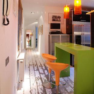 Idee per un ingresso o corridoio design con pareti bianche e pavimento in legno verniciato