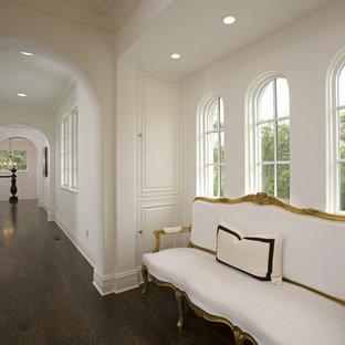 Imagen de recibidores y pasillos mediterráneos con paredes blancas y suelo de madera oscura