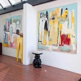 ハンプシャーのインダストリアルスタイルのおしゃれな廊下 (レンガの床、赤い床) の写真
