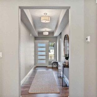 Idées déco pour un couloir craftsman de taille moyenne avec un mur gris, sol en stratifié, un sol gris et un plafond à caissons.