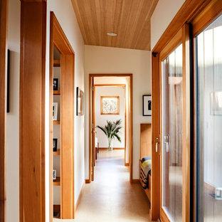 Inspiration för en mellanstor funkis hall, med vita väggar och korkgolv