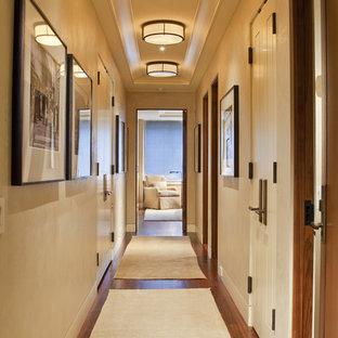 Ejemplo de recibidores y pasillos actuales con paredes beige y suelo de madera oscura