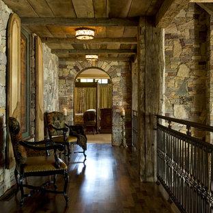Cette photo montre un couloir montagne avec un sol en bois foncé.