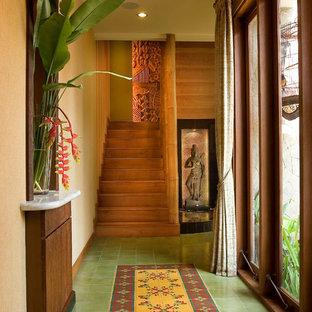 他の地域のトロピカルスタイルのおしゃれな廊下 (ベージュの壁、マルチカラーの床) の写真