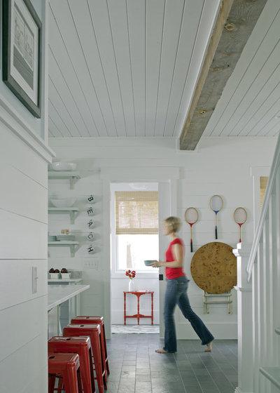 Beach Style Hall by Rethink Design Studio