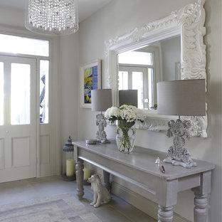 Ispirazione per un ingresso o corridoio shabby-chic style con pareti grigie