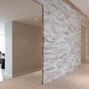 トロントの広いモダンスタイルのおしゃれな廊下 (グレーの壁、セラミックタイルの床) の写真