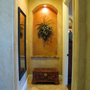 Aménagement d'un couloir classique avec un mur multicolore et un sol en carrelage de céramique.