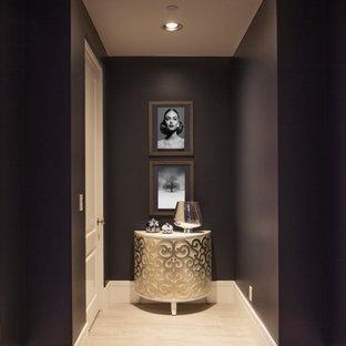 Inspiration pour un petit couloir design avec un mur violet, un sol en carrelage de porcelaine et un sol gris.