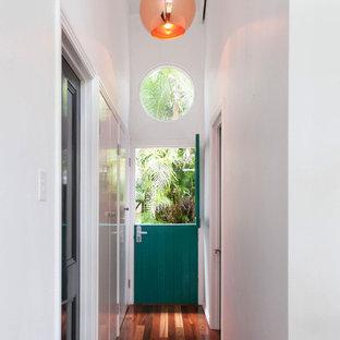 ブリスベンのコンテンポラリースタイルのおしゃれな廊下 (白い壁、オレンジの床) の写真