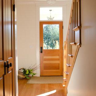 Inspiration pour un couloir traditionnel avec un mur blanc, un sol en bois brun et un sol orange.
