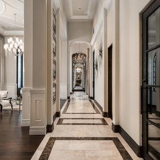 Неиссякаемый источник вдохновения для домашнего уюта: огромный коридор в средиземноморском стиле с белыми стенами, полом из керамогранита и разноцветным полом