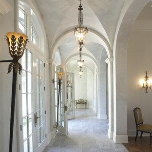 Inredning av en klassisk hall, med grå väggar och skiffergolv