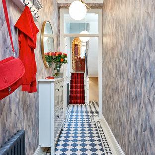 ロンドンのエクレクティックスタイルのおしゃれな廊下 (グレーの壁) の写真
