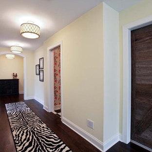 Imagen de recibidores y pasillos clásicos con paredes beige, suelo de madera oscura y suelo marrón