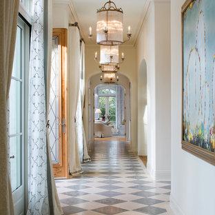 Inspiration för stora medelhavsstil hallar, med vita väggar och flerfärgat golv