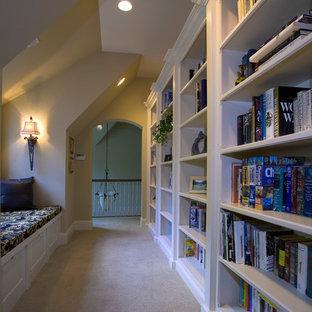 Ispirazione per un ampio ingresso o corridoio chic con pareti beige e moquette