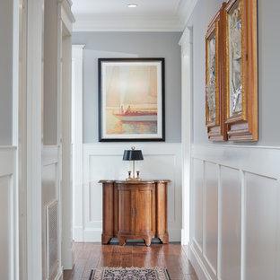 ボルチモアの中サイズのトラディショナルスタイルのおしゃれな廊下 (グレーの壁、無垢フローリング) の写真
