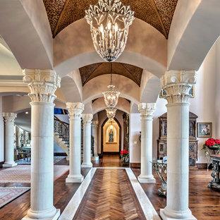 Создайте стильный интерьер: большой коридор в средиземноморском стиле с темным паркетным полом и фиолетовыми стенами - последний тренд