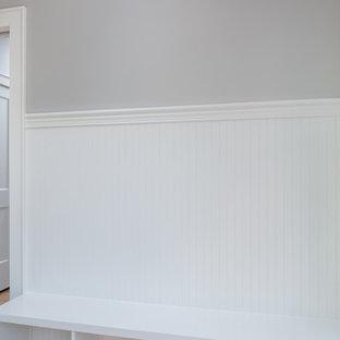 他の地域の中くらいのおしゃれな廊下 (グレーの壁、レンガの床、赤い床) の写真