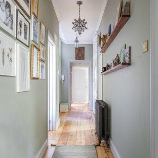 Klassischer Flur mit grüner Wandfarbe und braunem Holzboden in London