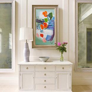 オースティンのトランジショナルスタイルのおしゃれな廊下 (白い壁、淡色無垢フローリング、ベージュの床、パネル壁) の写真