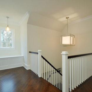 Неиссякаемый источник вдохновения для домашнего уюта: большой коридор в классическом стиле с белыми стенами, темным паркетным полом, коричневым полом и кессонным потолком