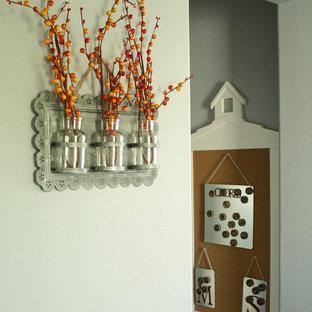 На фото: коридор среднего размера в стиле кантри с серыми стенами и ковровым покрытием