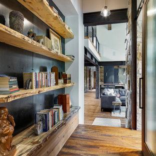 Idéer för rustika hallar, med mörkt trägolv