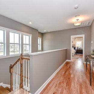 シャーロットの小さいトランジショナルスタイルのおしゃれな廊下 (グレーの壁、淡色無垢フローリング) の写真