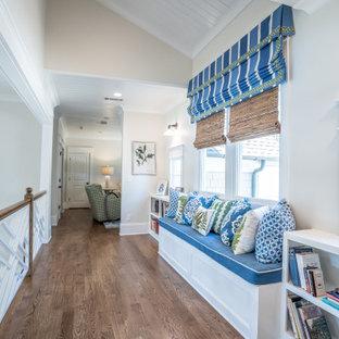 Diseño de recibidores y pasillos marineros con paredes beige, suelo de madera oscura y suelo marrón
