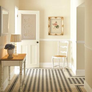 Inspiration för en funkis hall, med flerfärgat golv