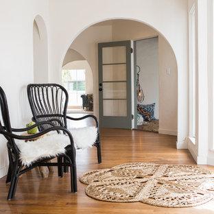Неиссякаемый источник вдохновения для домашнего уюта: коридор среднего размера в средиземноморском стиле с белыми стенами и паркетным полом среднего тона