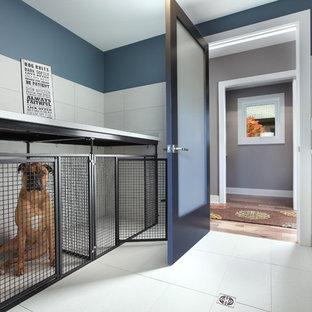 Свежая идея для дизайна: большой коридор в современном стиле с синими стенами, полом из керамогранита и белым полом - отличное фото интерьера