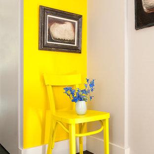 サセックスの中サイズのシャビーシック調のおしゃれな廊下 (黄色い壁、塗装フローリング) の写真