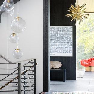 Imagen de recibidores y pasillos actuales con paredes negras y suelo gris