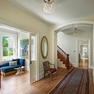 Пример оригинального дизайна: коридор в классическом стиле с бежевыми стенами, паркетным полом среднего тона и коричневым полом
