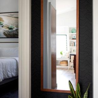 Пример оригинального дизайна: маленький коридор в стиле фьюжн с черными стенами, полом из винила, коричневым полом и обоями на стенах