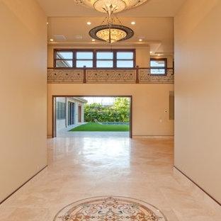 Idée de décoration pour un couloir minimaliste de taille moyenne avec un mur beige et un sol en travertin.