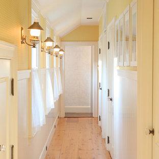 Foto på en mellanstor vintage hall, med gula väggar, ljust trägolv och beiget golv