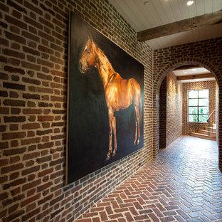 Выдающиеся фото от архитекторов и дизайнеров интерьера: коридор в стиле кантри с кирпичным полом