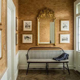 Inspiration för en stor vintage hall, med bruna väggar, mörkt trägolv och brunt golv