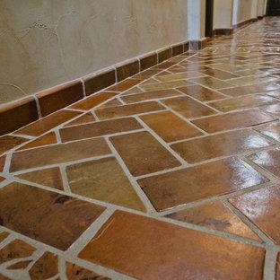 オースティンの大きいラスティックスタイルのおしゃれな廊下 (ベージュの壁、テラコッタタイルの床) の写真