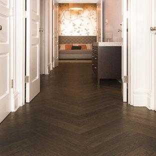 Modelo de recibidores y pasillos asiáticos, de tamaño medio, con paredes blancas y suelo de madera oscura