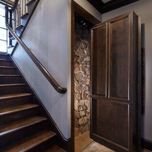 Идея дизайна: большой коридор в классическом стиле с серыми стенами, бежевым полом и полом из известняка