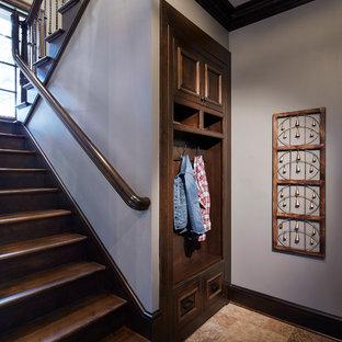 Idéer för en stor klassisk hall, med grå väggar, beiget golv och kalkstensgolv