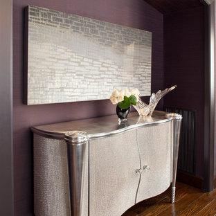 Imagen de recibidores y pasillos actuales, de tamaño medio, con paredes púrpuras